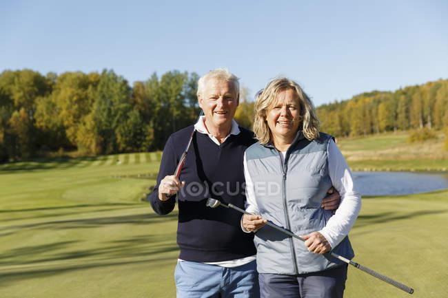 Senior homme et femme d'âge mûr au terrain de golf — Photo de stock