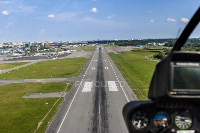 Злітно-посадкової смуги аеропорту Bromma видно з посадки вертоліт — стокове фото