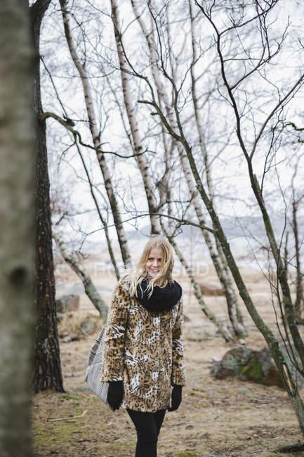 Sorridente giovane donna nella foresta nuda — Foto stock