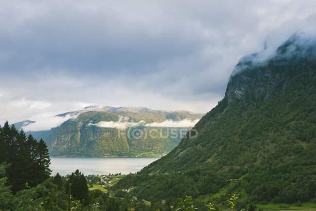 Vert couvert de collines et des nuages bas à More og Romsdal, Norvège — Photo de stock