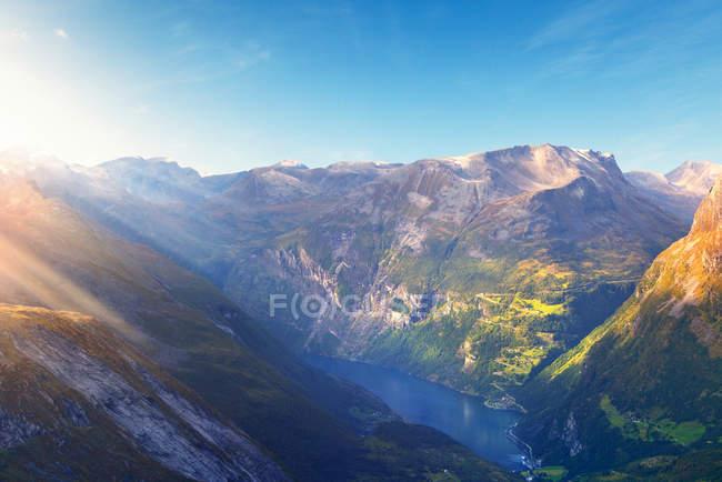 Montañas y agua de fiordos a la luz del sol, Noruega - foto de stock