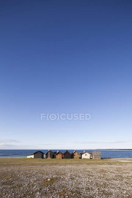 Fila de cabanas à beira-mar em luz solar brilhante — Fotografia de Stock