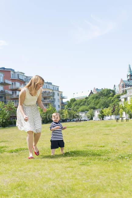 Матір з хлопчика в парку, вибіркове фокус — стокове фото