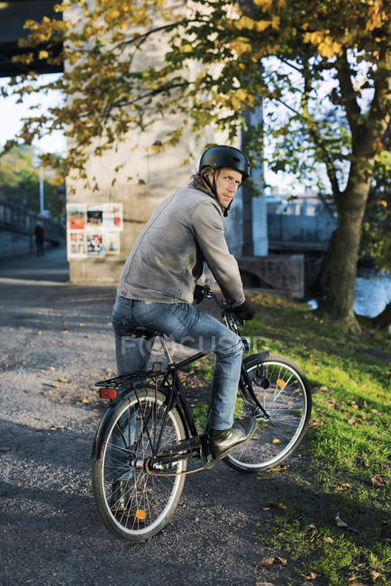 Side view of man sitting on bicycle, selective focus — Photo de stock