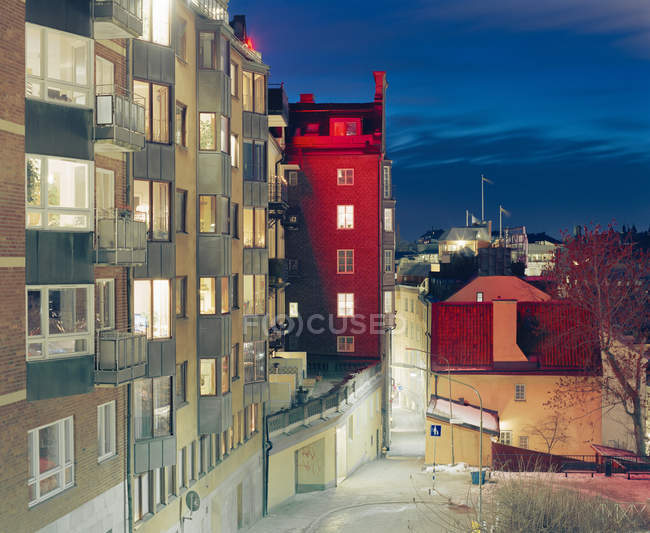 Жилых зданий с windows, освещенной ночью — стоковое фото