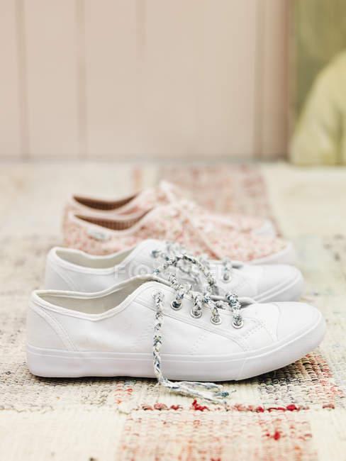 Fechar os sapatos de lona no tapete — Fotografia de Stock
