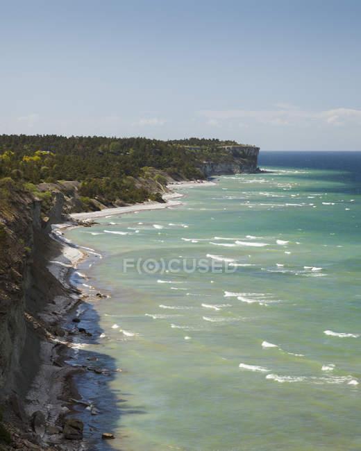 Verdes falésias sobre o mar na luz solar brilhante — Fotografia de Stock