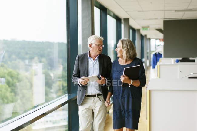 Duas pessoas de negócios tendo discussão enquanto caminhava — Fotografia de Stock
