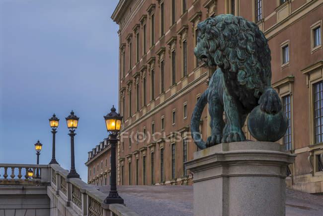 Vista della statua del Leone a Palazzo reale svedese — Foto stock