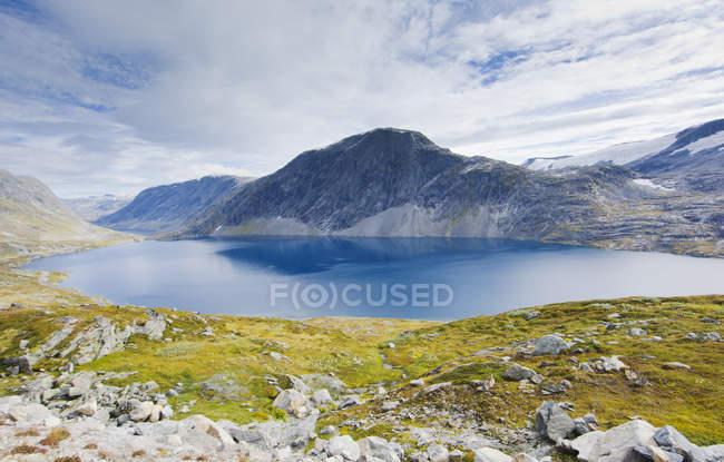Vue lac et montagnes à More og Romsdal, Norvège — Photo de stock