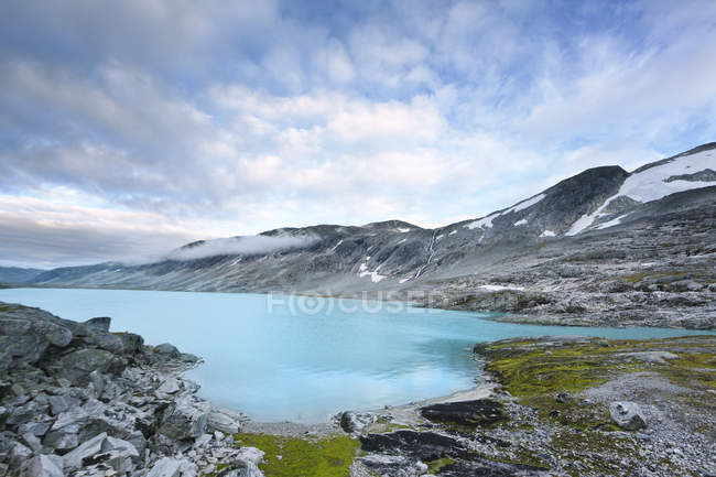 Vue panoramique sur le lac et les montagnes à More og Romsdal, Norvège — Photo de stock