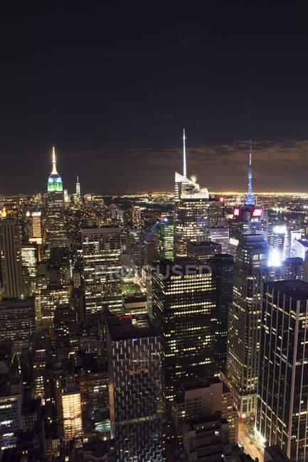 Небоскребы Нью-Йорка, освещенной ночью — стоковое фото