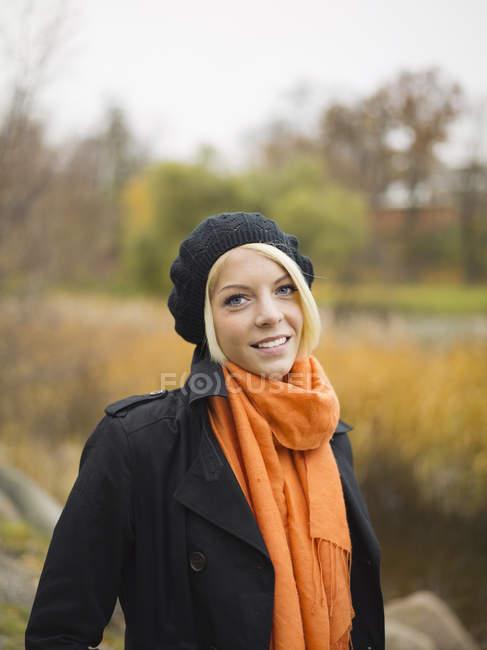 Retrato de una joven rubia en el parque - foto de stock
