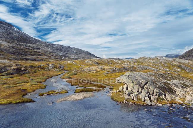 Rivière de montagne et ciel nuageux à More og Romsdal, Norvège — Photo de stock