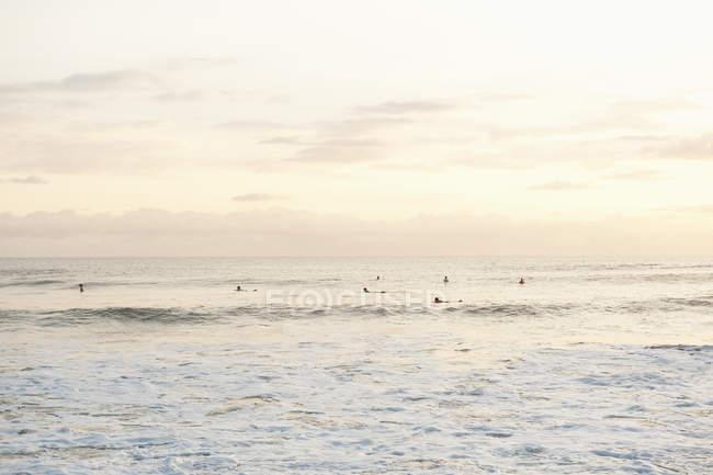 Далекие серферов на волнах в Коста-Рике — стоковое фото