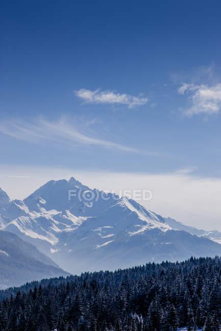 Заснеженные вершины швейцарских Альп под голубым небом — стоковое фото