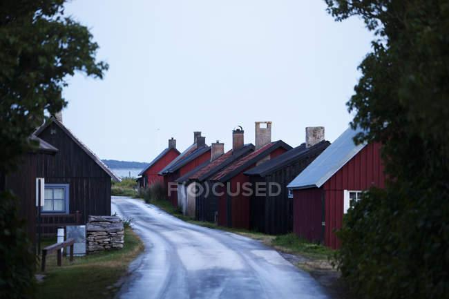 Vila de casas ao lado da estrada em Gotland, Sweden — Fotografia de Stock