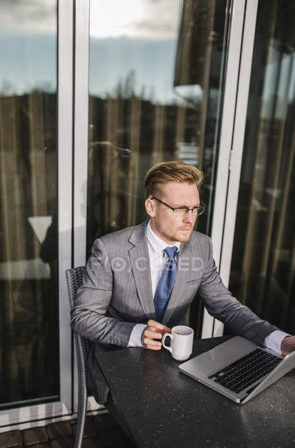 Бизнесмен в кафе таблице, фокус на фоне — стоковое фото