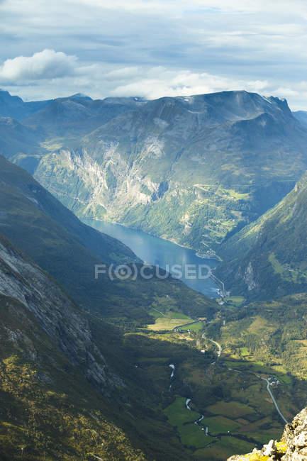Вид з озера в горах на більш og Ромсдаль, Норвегія — стокове фото