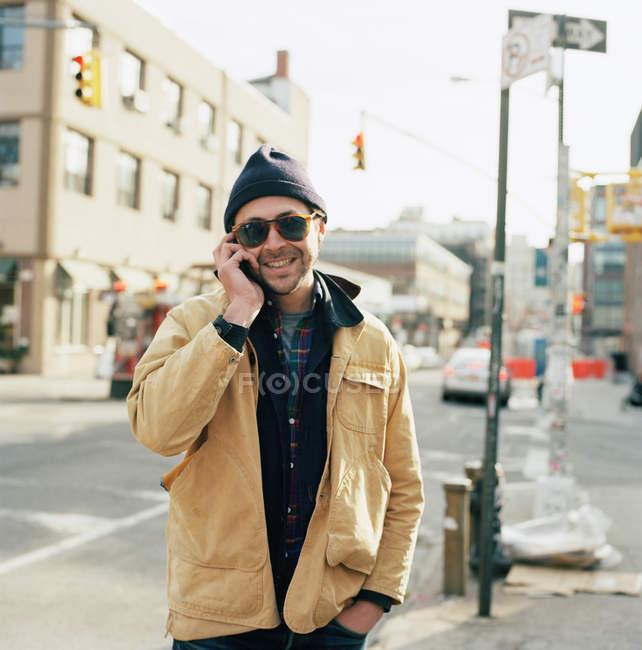 Portrait d'un homme utilisant un téléphone portable à New York — Photo de stock