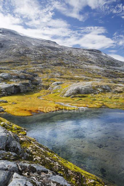 Piscine de montagne et ciel nuageux à More og Romsdal, Norvège — Photo de stock