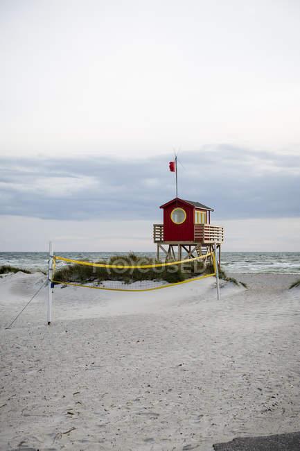Rettungsschwimmer-Hütte am leeren Strand, Königreich Schweden — Stockfoto