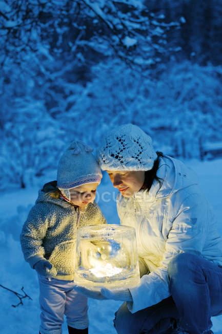 Donna e figlia con lanterna di ghiaccio — Foto stock