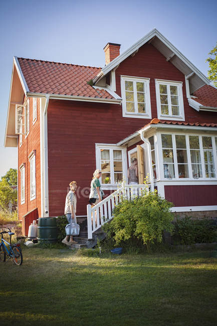 Family coming to their summer house — Stock Photo