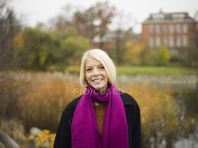 Retrato de jovem loira mulher no parque — Fotografia de Stock
