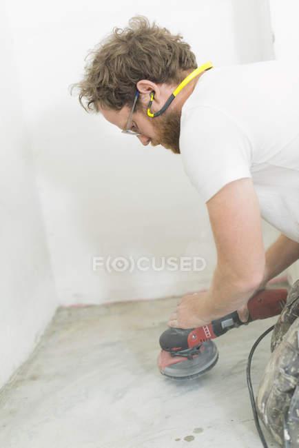 Людина реконструкцію будинку, зосередити увагу на передньому плані — стокове фото