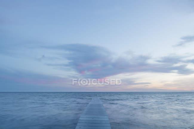 Вид спереди пейзаж с пирсом на закате — стоковое фото