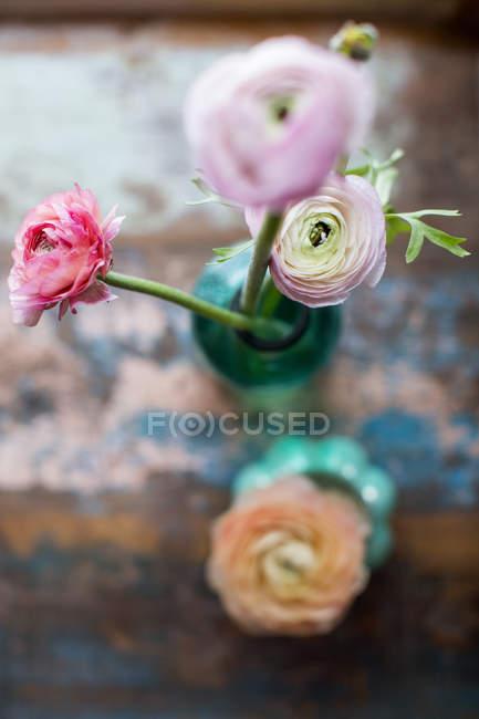 Vue du dessus des fleurs de ranunculus en bouteille — Photo de stock