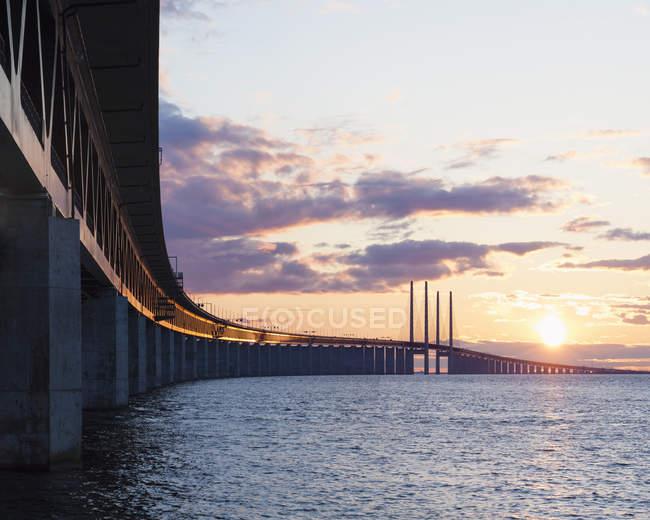 Ponte e mare di Oresund alla luce del tramonto — Foto stock