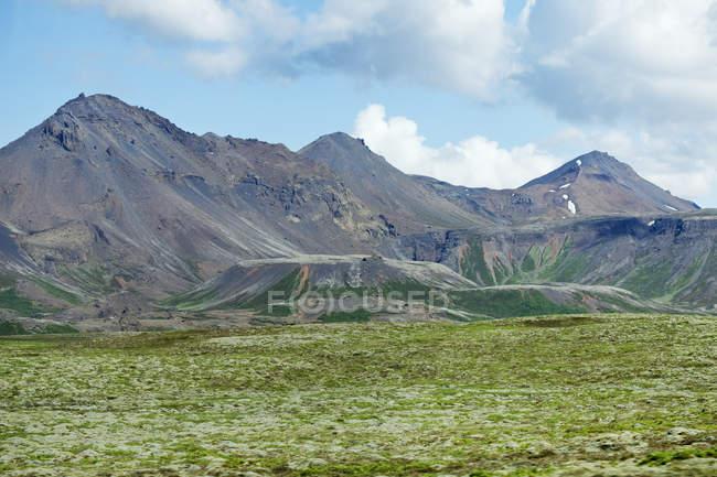 Landschaft Blick auf Berge und grünes Tal unter bewölktem Himmel — Stockfoto