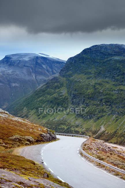 Section vide de Trollstigen route serpentant dans la vallée de montagne — Photo de stock