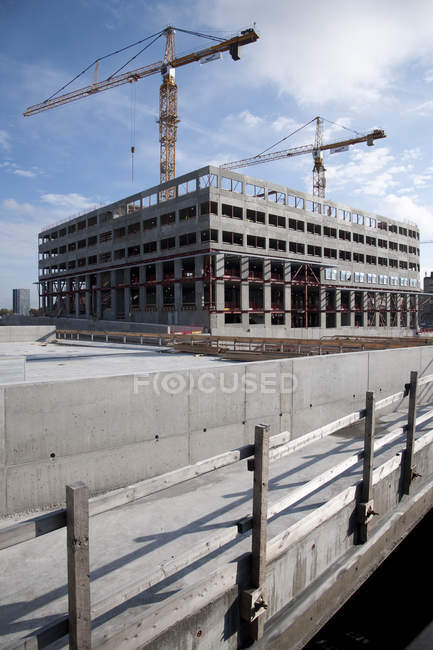 View of construction site with cranes and unfinished building — Stock Photo