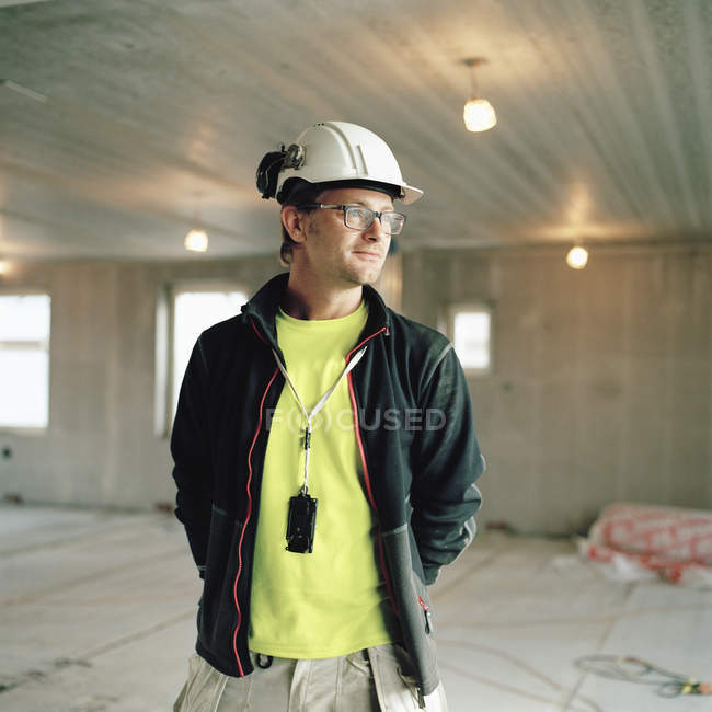 Mid-adult construction worker looking away — Stock Photo