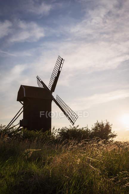Силуэт старой мельницы против неба с облаками — стоковое фото