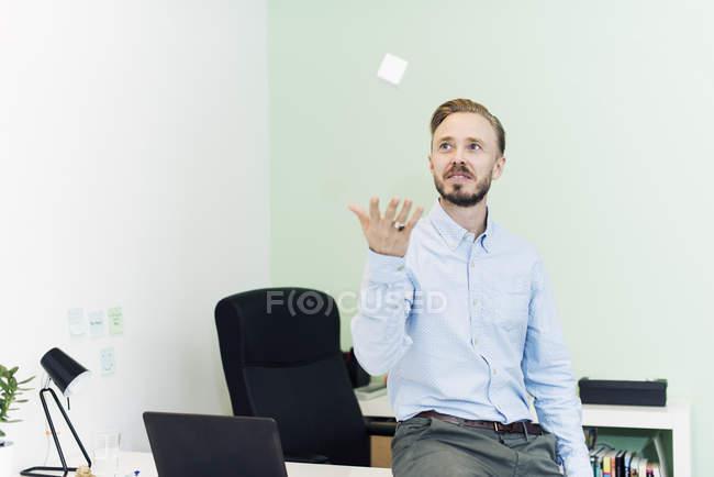Homme d'affaires vomissant cube blanc dans le bureau — Photo de stock