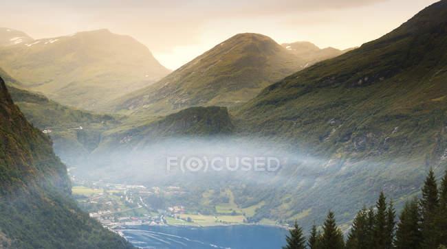 Élevé vue sur ville de lac dans les montagnes à More og Romsdal, Norvège — Photo de stock