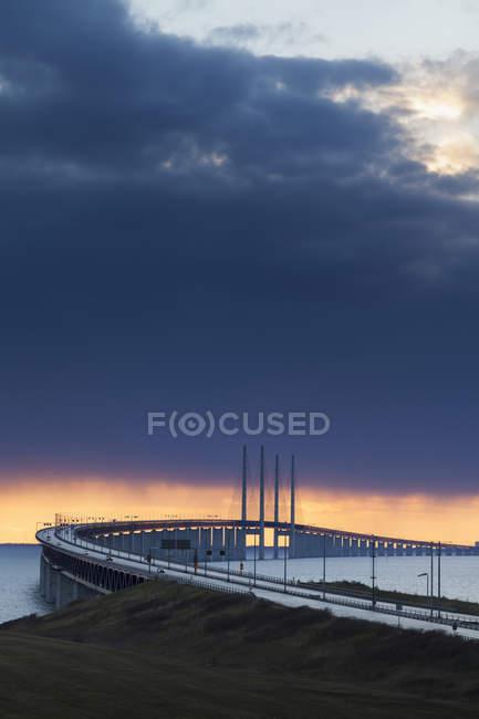 Blick auf die Oresundbrücke unter dramatischem Himmel in der Abenddämmerung — Stockfoto