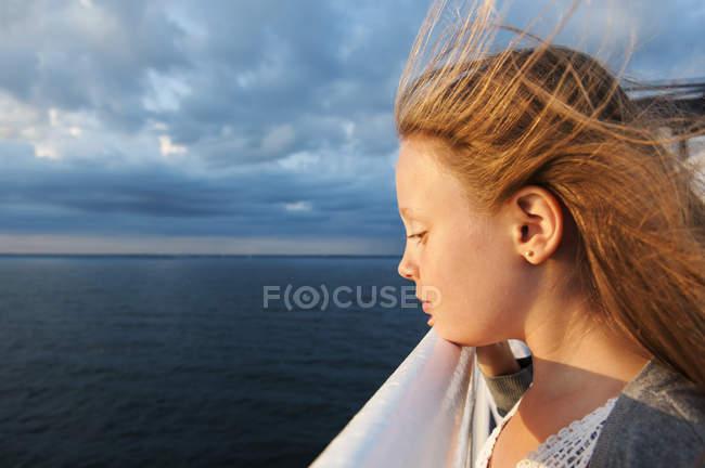 Menina bonito com cabelo loiro na balsa — Fotografia de Stock