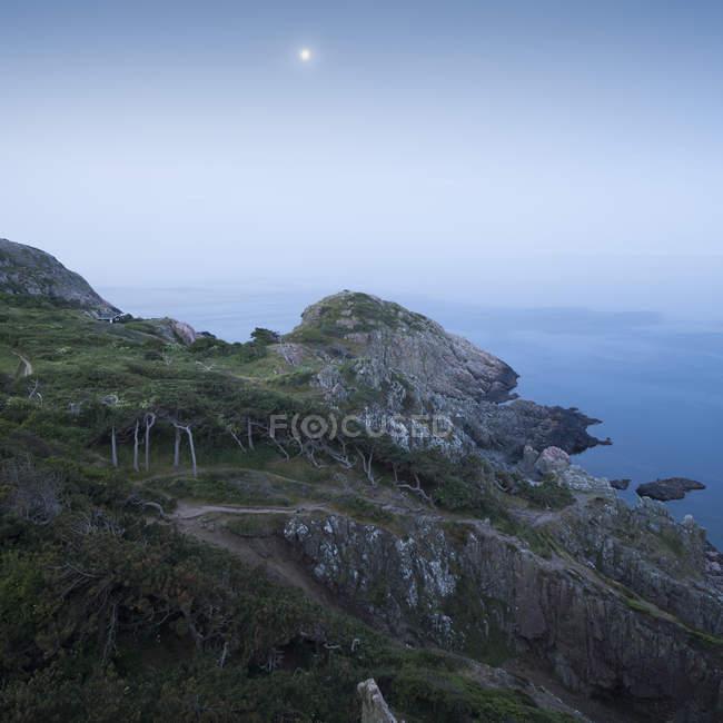 Paisagem costeira com lua cheia no céu — Fotografia de Stock