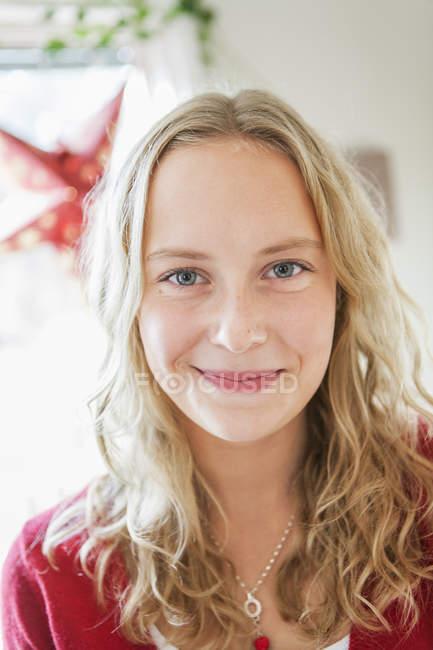 Портрет девочки-подростка, сосредоточиться на переднем плане — стоковое фото