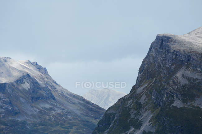 Rocky mountains under cloudy sky — Stock Photo