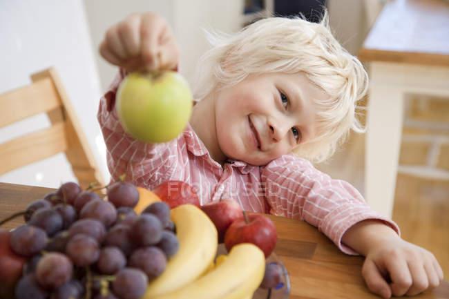 Портрет мальчика с яблоком, избирательный фокус — стоковое фото