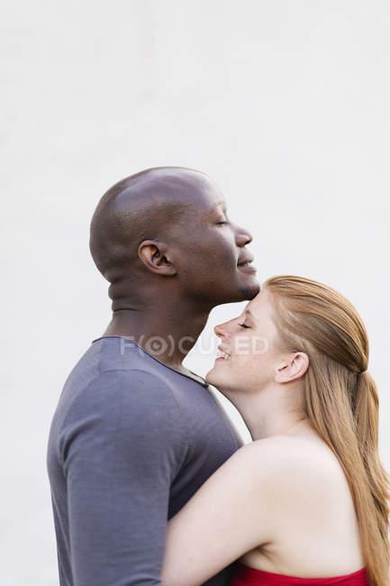 Vista lateral do casal adulto médio abraçando — Fotografia de Stock