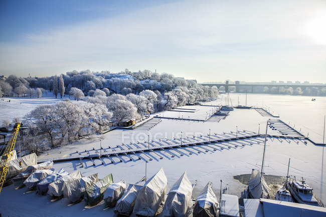 Blick auf schneebedeckte Stockholm Hafen im winter — Stockfoto