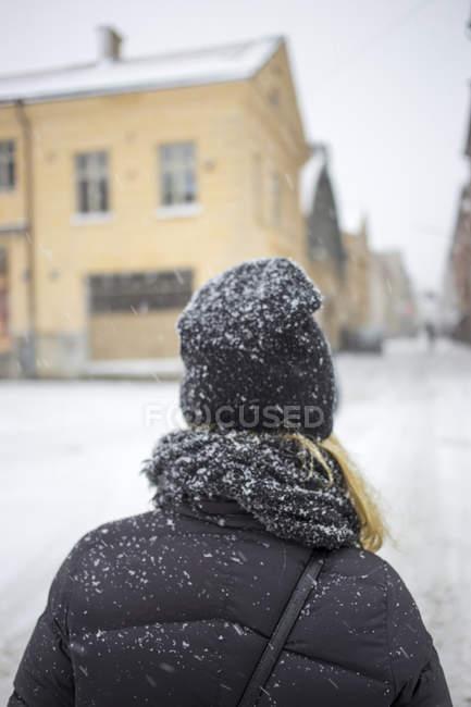 Vue arrière de la femme debout dans la rue — Photo de stock