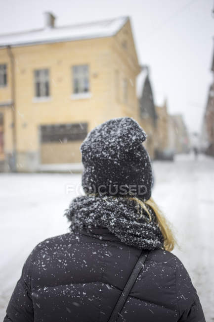 Rear view of woman standing in street — Stock Photo